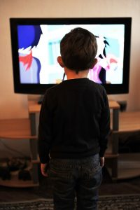 ילד צופה בסרט