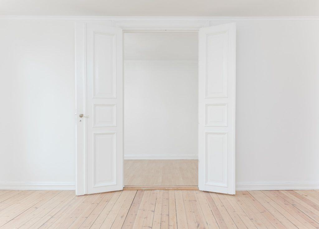 דלת פנים לבנה אחרי התקנה