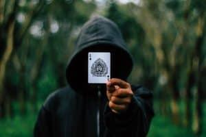אמן חושים מבצע להטוט קלפים